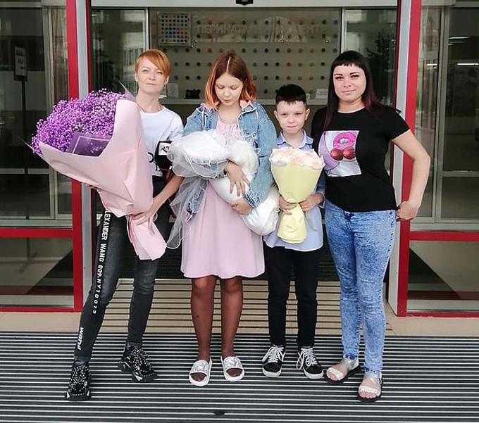 Darya bên bạn trai và hai người mẹ khi rời bệnh viện hôm 26/8. Ảnh: Instagram.