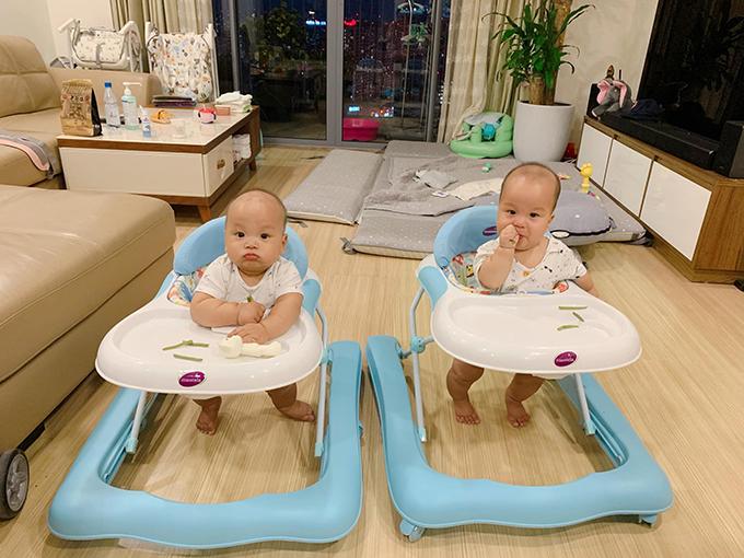 Cặp song sinh chào đời ngày 10/12. Khi đó, một bé nặng 3,34 kg và một bé 3,38 kg. Sự hiện diện của hai cậu nhóc khiến tổ ấm của vợ chồng Thành Trung - Ngọc Hương thêm hạnh phúc.