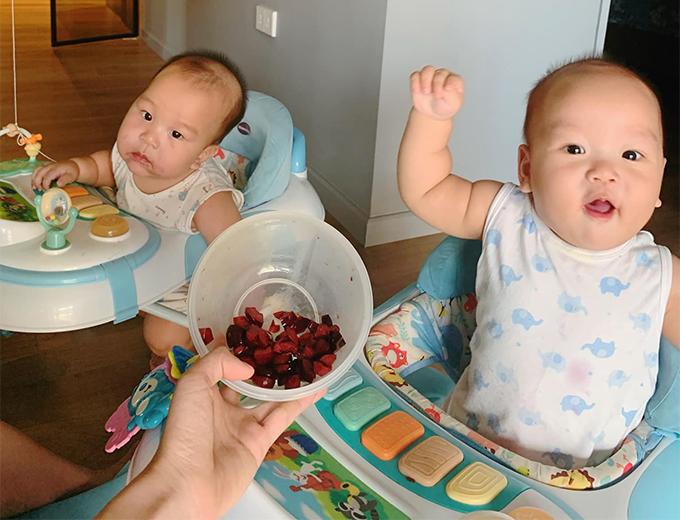 Ngọc Hương cho con ăn đa dạng, mỗi ngày một loại quả như: nho, cherry, thanh long, chuối, bơ, bưởi da xanh, cam...