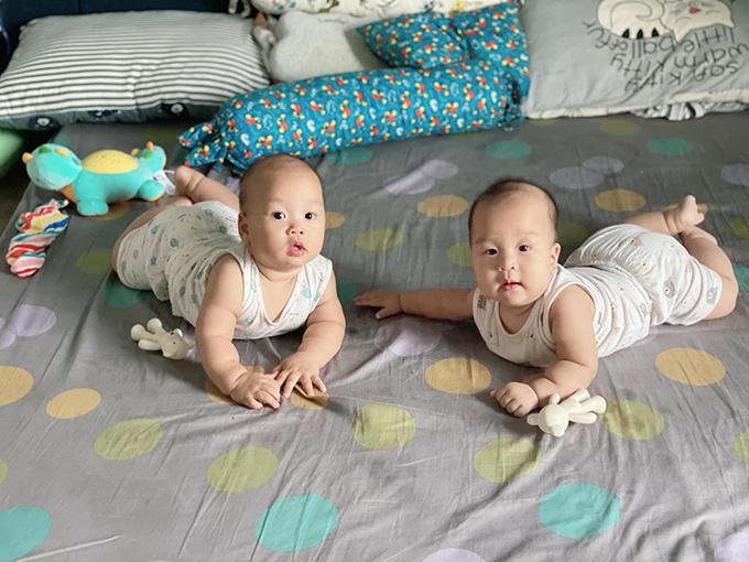 Ngọc Hương, bà xã Thành Trung, cho biết cậu anh Goku (trái) giống mẹ còn cậu em Daino là bản sao của bố. Cặp song sinh có nết ăn, nết ngủ rất ngoan nên đều rất bụ bẫm, đáng yêu.