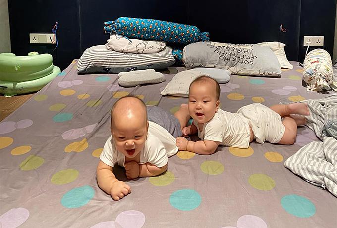 Cặp song sinh hiện hơn 8 tháng tuổi, đang ở giai đoạn tập bò. Hai cậu nhóc thường bò đuổi theo nhau trên giường hoặc sàn nhà. Để đảm bảo an toàn cho hai bé, vợ chồng Thành Trung cho kê đệm thay vì giường cao.