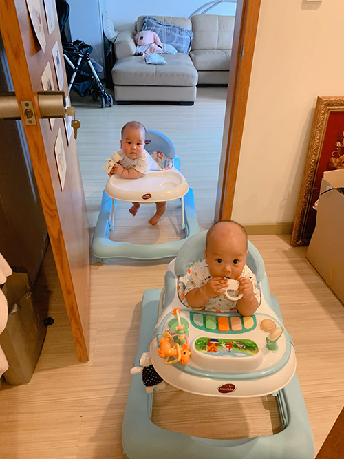Cặp song sinh rất quấn mẹ, thấy mẹ làm gì cũng chạy theo. Cả hai chưa biết đi nhưng thường xuyên ngồi ghế tập đi để chạy tung tăng quanh nhà.