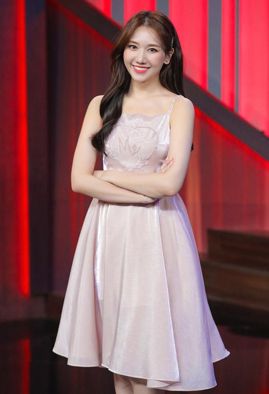 Hari Won xinh tươi khi diện váy dây.
