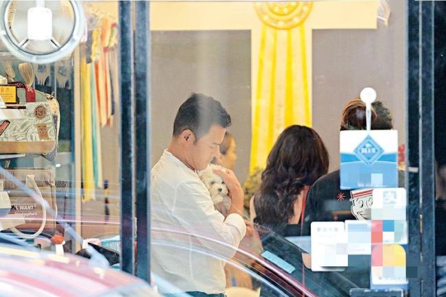 Huỳnh Trí Hiền bế một chú cún cưng và âu yếm nó rất tình cảm. Vợ chồng anh nhiều năm qua không có con cái, thay vì thế, họ nuôi rất nhiều chó cưng trong nhà. Những năm gần đây, Huỳnh Trí Hiền ít đóng phim, anh nói chủ yếu tập trung kinh doanh để kiếm tiền lo cho bà xã một cuộc sống sung túc hơn.