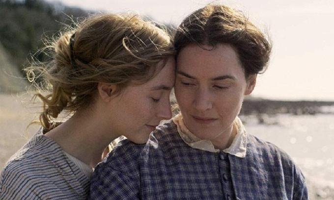 Một khoảnh khắc thân mật trong phim của Saoirse Ronan (trái) và Kate Winslet