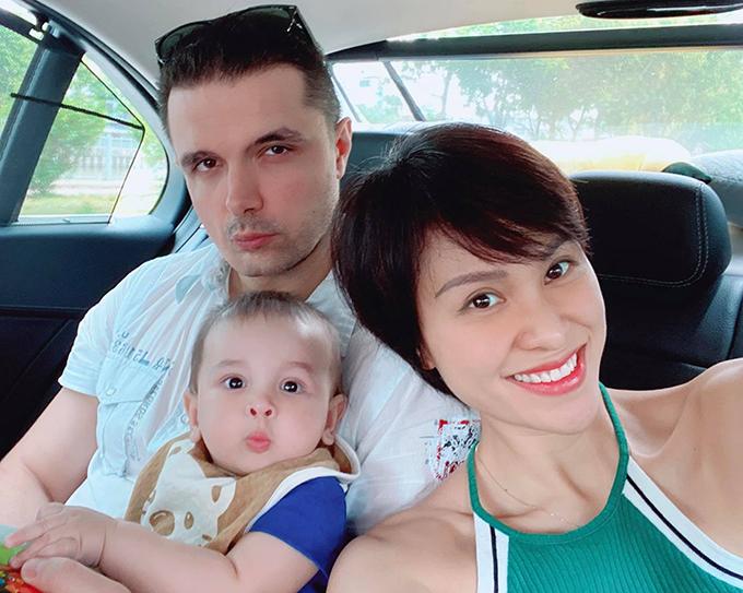 Vợ chồng MC Phương Mai và con trai Khủng Long Henryk.