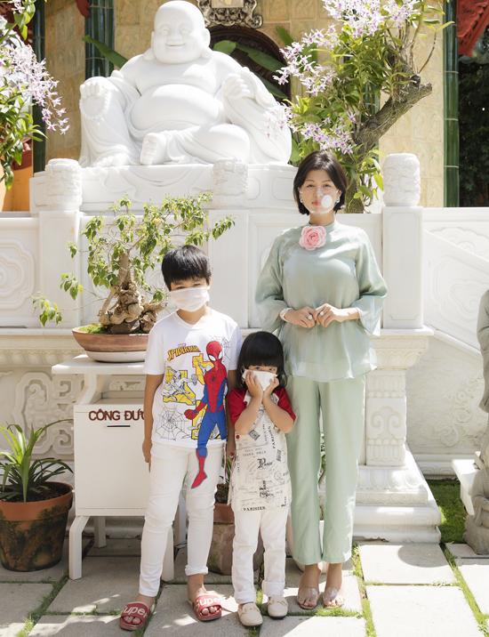 Oanh Yến đeo khẩu trang trong suốt đi chùa cùng hai con. Cô tiết lộ bản thân theo đạo Thiên Chúa nhưng thỉnh thoảng vẫn vào chùa chơi và ủng hộ chồng ăn chay trường.
