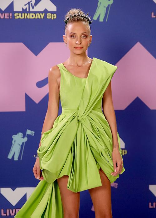 Đại diện NTK cho biết, phía nữ diễn viên liên lạc và chỉ định muốn được mặc thiết kế này lên thảm đỏ VMAs. Bộ váy này có sẵn và vừa với số đo của  Nicole Richie và không cần phải chỉnh sửa bất cứ chi tiết nào trên chiếc đầm.