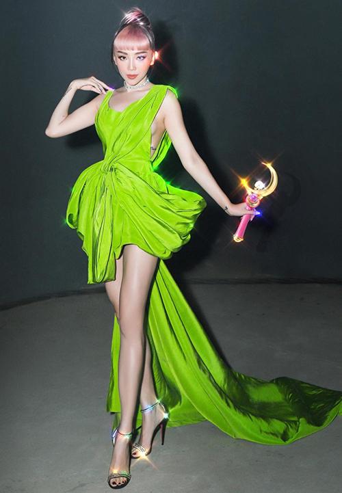 Ca sĩ Tóc Tiên trở nên sexy hơn với mẫu váy xoắn vải và đi kèm chi tiết cut-out sắc nét hai bên mạn sườn.