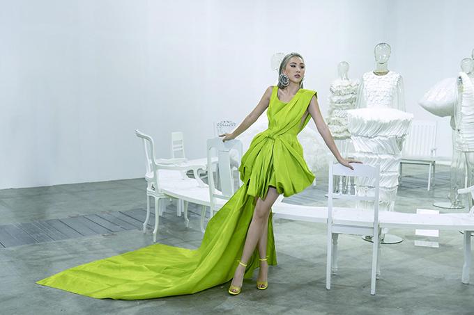 Váy xanh neon giúp Quỳnh Anh Shyn nổi bật trong không gian trắng ở triển lãm Cục im lặng của nhà thiết kế Nguyễn Công Trí.