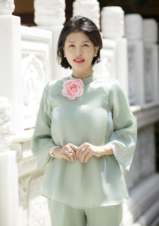 Mới sinh con thứ sáu được gần 5 tháng nhưng Oanh Yến đã làm việc bình thường trở lại. Cô hiện phụ ông xã làm trang trại rau củ sạch ở Lâm Đồng và kinh doanh spa tại TP HCM.