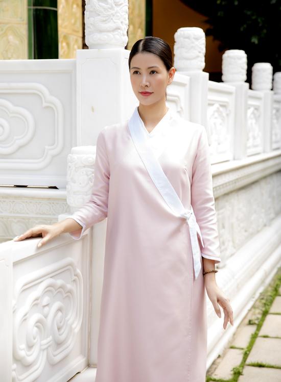 Á hậu Phụ nữ Việt Nam qua ảnh Thanh Hoài giản dị, mộc mạc trong bộ pháp phục của Phật tử.