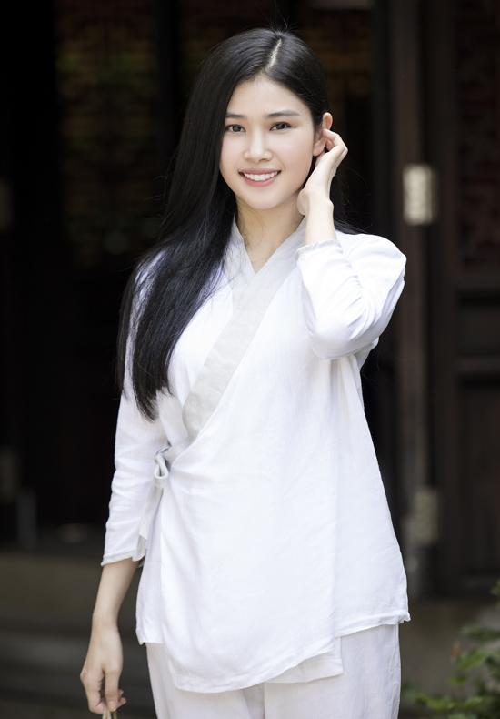 Hoa hậu Việt Nam Toàn cầu 2018 Diễm My khoe nhan sắc khi vãn cảnh chùa.