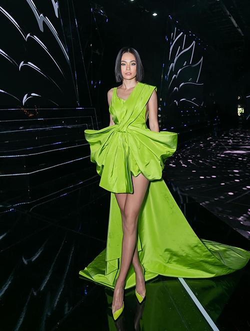 Á hậu Mâu Thuỷ tôn chân thon với thiết kế váy tạo khối độc đáo của Công Trí.