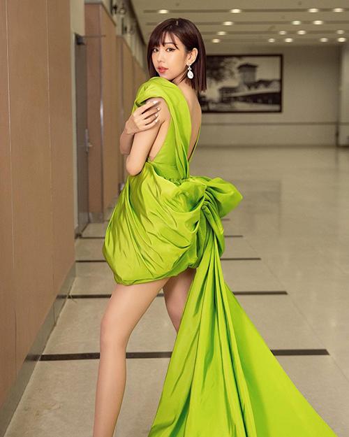 Ca sĩ Min cũng tự tin khoe dáng với kiểu váy khai thác khoảng hở và được bố trí phần đuôi váy dài quét đất.