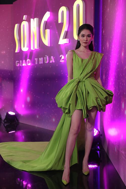 Á hậu Thuỳ Dụng chọn váy màu xanh nổi bật để tham gia ghi hình cùng nhiều người đẹp Việt.