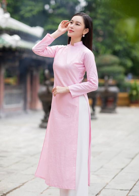 Á hoàn Đá quý 2016 Cao Thùy Trang duyên dáng khi diện áo dài hồng.