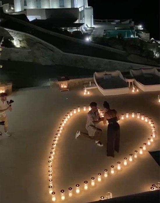 Tháng trước, Coman đã cầu hôn người đẹp Sabrina. Trên trang cá nhân, hôn thê tương lai đăng ảnh được tân vương Champions League ngỏ lời trong khung cảnh lãng mạn;