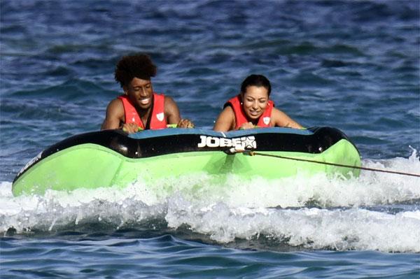 Tân vương Champions League hào hứng tham gia các trò giải trí trên biển cùng hôn thê tương lai.