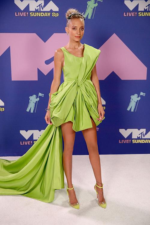 Minh tinh Nicole Richie gây chú ý khi diện bộ váy màu xanh chuối của NTK Công Trí lên thảm đỏ. Cô cũng tiết chế phụ kiện khi mix giày xanh cùng tông với màu của bộ váy.