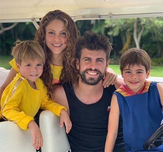 Pique và Shakira có cùng ngày sinh nhật 2/2 nhưng nàng hơn chàng 10 tuổi. Sau 10 năm gắn bó, cặp sao chênh tuổi có hai con trai là Milan (7 tuổi) và Sasha (5 tuổi). Nữ ca sĩ người Colombia từng chia sẻ, cô không muốn cưới Pique vì chỉ muốn làm người tình.