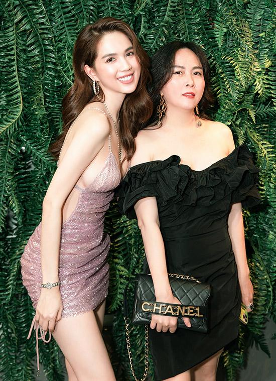 Phượng Chanel chọn thiết kế ton-sur-ton đen tôn làn da trắng hồng.
