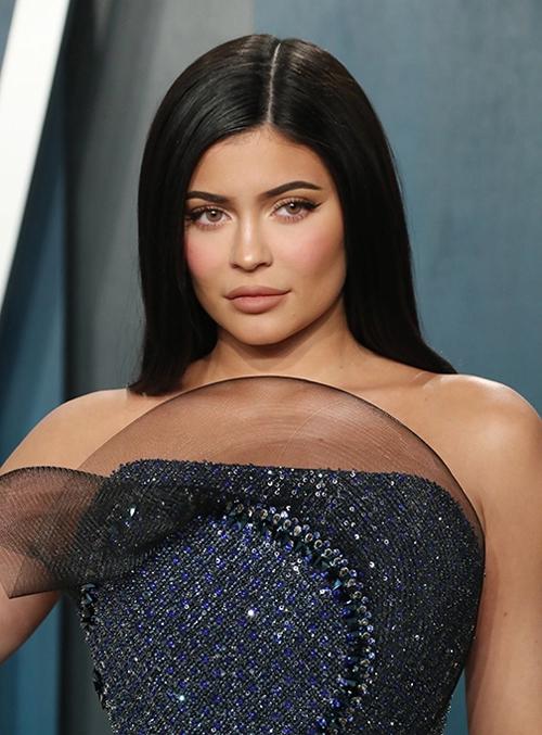Theo thống kê của tạp chí Forbes, Kylie Jenner là sao nữ kiếm tiền nhiều nhất năm qua với thu nhập 590 triệu USD. Thực tế, người mẫu kiêm doanh nhân vừa đón tuổi 23 còn là người có thu nhập cao nhất giới sao nói chung, vượt mặt các siêu sao của làng giải trí thế giới.