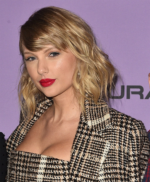 Taylor Swift đứng thứ 4 với 63,5 triệu USD. Album Lover phát hành tháng 8/2019 không chỉ giúp Taylor ẵm vô số giải thưởng mà còn mang về cho nữ ca sĩ sinh năm 1989 hàng triệu USD khi nó trở thành album phòng thu bán chạy nhất năm.