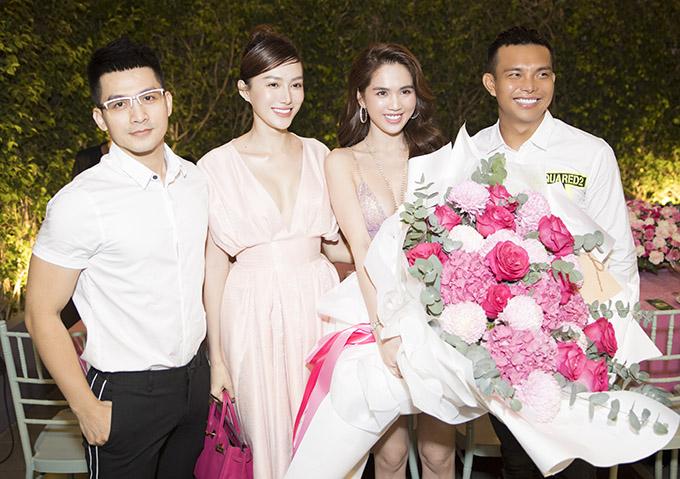 Người mẫu Lê Hà (thứ hai từ trái qua), nhà thiết kế Đỗ Long chúc Ngọc Trinh ngày càng nổi tiếng, gặt hái nhiều thành công trong làng giải trí.