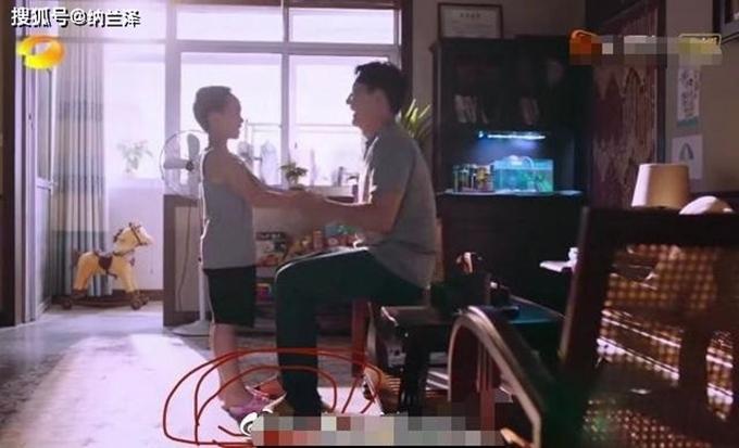 Cảnh phim xúc động Tử Thu (năm 1999) nhận bố Lý là bố được xem là phá vỡ cảm xúc khi khán giả nhận ra cậu bé Tử Thu mang dép màu hồng của con gái.