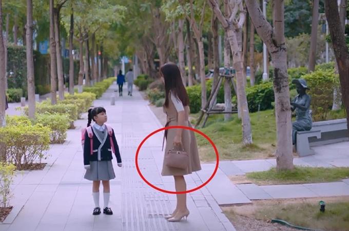 Trong tập 4 với bối cảnh năm 2009, Trần Đình (mẹ của Lăng Tiêu) đưa con gái đến tiệm mì để hai anh em kết thân với nhau. Lúc này, Trần Đình xách chiếc túi hiệu Fendi dòng mini Peekaboo. Tuy nhiên, dòng sản phẩm này năm 2013 mới được ra mắt.