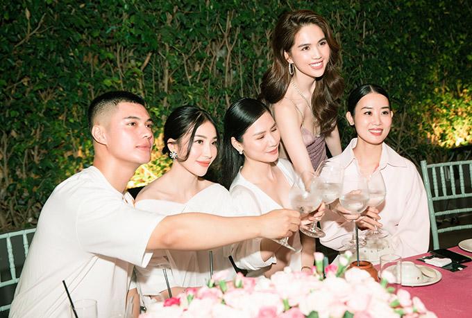 Ngọc Trinh nâng ly uống cùng các khách mời trong đêm tiệc.