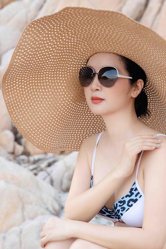 Giáng My chia sẻ với Ngoisao.net hình ảnh cô diện áo tắm dạo chơi, ngắm cảnh ở vịnh Vĩnh Hy, Ninh Thuận. Đây là lần đầu hoa hậu ghé thăm điểm du lịch này.