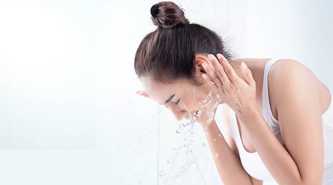 Rửa mặt bằng nước lạnh giúp se khít lỗ chân lông, ngăn ngừa lão hóa sớm.