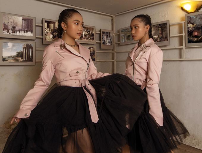 Bộ ảnh được thực hiện với sự hỗ trợ của nhiếp ảnh Hà Nguyễn, trang điểm Mykool Le, stylist Jun, người mẫu Nancy Linh Ngọc - Suri Phương Anh.