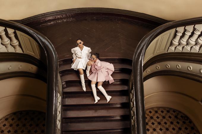 Kiến trúc cổ điển của Bảo táng TP HCM, cùng lối diễn chuyên nghiệp từ hai mẫu nhí Nancy Linh Ngọc, Suri Phương Anh khiến các thiết kế sống động hơn.
