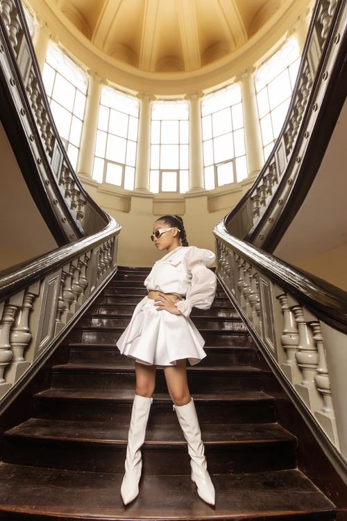 Chân váy chữ A xếp nếp xinh xắn cùng áo hở eo sẽ khiến set đồ đi chơi của các bé tuổi teen thêm bắt mắt.
