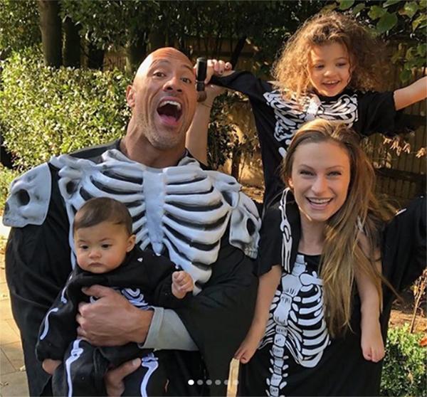 The Rock bên vợ con dịp Halloween năm ngoái.