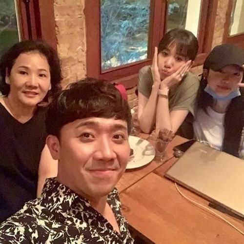 Vợ chồng Trấn Thành - Hari Won đi chơi cùng mẹ của Hari (bìa trái).