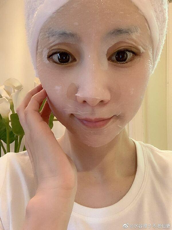 Masako duy trì thói quen đắp mặt nạ mỗi sáng.