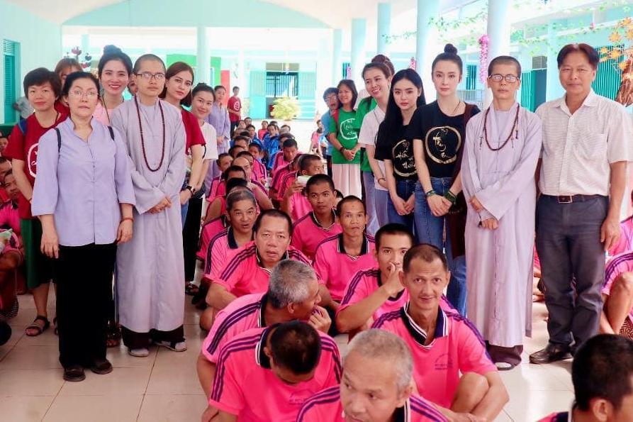 Chị em Angela Phương Trinh trong một chuyến công tác từ thiện cùng sư thầy, Phật tử tại  tại trung tâm Bảo trợ Xã hội Bình Đức, tỉnh Bình Phước.