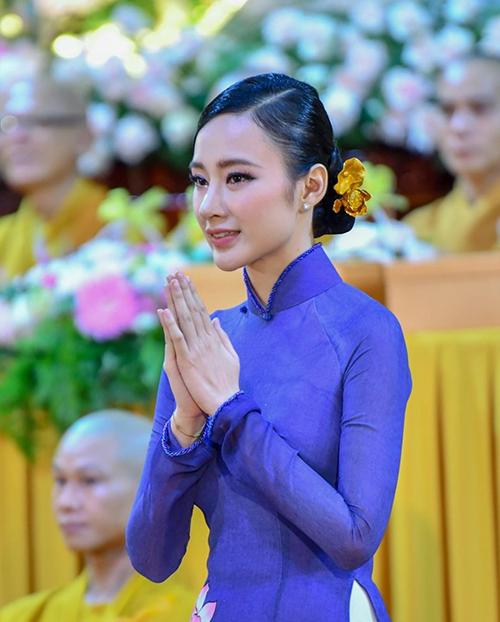 Cùng với trang phục truyền thống, Angela Phương Trinh chọn trâm cài hoa sen để tô điểm cho mái tóc đen được búi gọn gàng của mình.