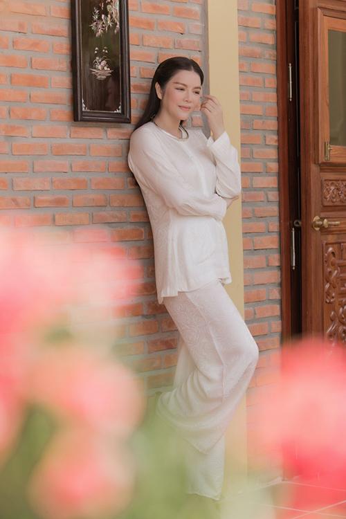 Trong buổi giới thiệu công trình ý nghĩa của gia đình, Lý Nhã Kỳ chọn trang phục áo bà ba trắng dung dị để sử dụng.