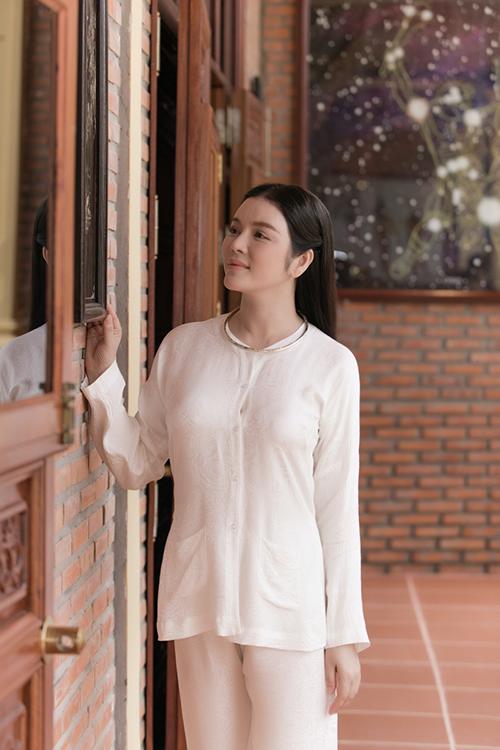 Trang sức kiềng bạc gợi nhớ hình ảnh sang trọng của các cô gái nam bộ được Lý Nhã Kỳ chọn lựa để tạo điểm nhấn cho trang phục dân giã.