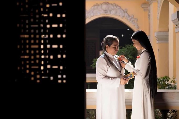 Trương Thị May cài hoa hồng đỏ lên ngực trái cho mẹ trong mùa Vu Lan.