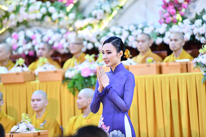 Angela Phương Trinh chọn áo dài tím, trang trí hoa sen để góp mặt tại đại lễ Vu Lan - Báo hiếu ở chùa Giác Ngộ (TP HCM).