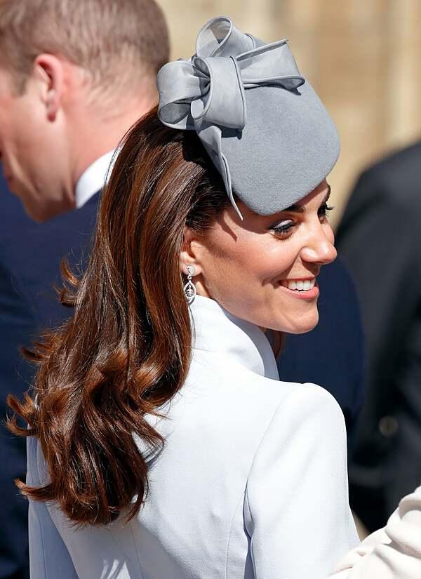 Kiểu tóc xoăn sóng nước chuẩn mực của Công nương Kate.