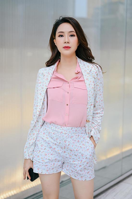 Hồng Diễm cũng đắt show quảng cáo. Gương mặt xinh đẹp, vóc dáng cân đối cùng hiệu ứng lớn từ phim giúp nữ diễn viên trở thành đại diện cho nhiều nhãn hàng.