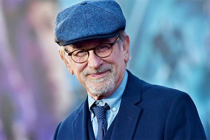 Steven Spielberg - đạo diễn từng 3 lần đoạt giải Oscar hiện sở hữu khối tài sản trị giá 3,7 tỷ USD, theo Forbes. Thành công phòng vé của các bộ phim như Jaws, E.T. the Extra-Terrestrial, Jurassic Park, cùng những bộ phim khác đã đưa Spielberg trở thành đạo diễn có doanh thu cao nhất mọi thời đại. Theo Forbes, Spielberg kiếm tiền khoản tiền khổng lồ từ các bộ phim nhưng phần lớn tài sản của ông đến từ vai trò cố vấn cho các công viên giải trí Universal và việc bán DreamWorks Animation cho NBC Universal với giá 3,8 tỷ USD vào năm 2016. Spielberg là đồng sáng lập DreamWorks Pictures cùng với Jeffrey Katzenberg và David Geffen. Trong khi Forbes ước tính tài sản của ông trị giá 3,7 tỷ USD, thì theo chỉ số tỷ phú theo thời gian thực của Bloomberg xác định vị đạo diễn này sở hữu tới 6,73 tỷ USD. Ảnh: Times.