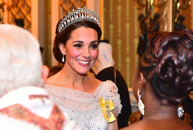 Phụ nữ Hoàng gia đã kết hôn phải đội vương miện khi tham dự tiệc tối.